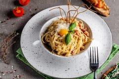 Pojęcie Włoska kuchnia Makaronu carbonara z bekonem, parmesan i jajecznym yolk, Wystrój smażący spaghetti Porcj naczynia zdjęcie stock
