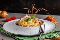 Pojęcie Włoska kuchnia Makaronu carbonara z bekonem, parmesan i jajecznym yolk, Wystrój smażący spaghetti Porcj naczynia fotografia royalty free