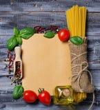 Pojęcie włoski jedzenie z makaronem, pomidor, basil, oliwa z oliwek Fotografia Royalty Free