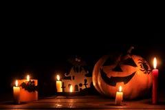 Pojęcie wakacje Halloween Halloweenowa bani głowa z świeczkami inside na stole na czarnym backgr i wokoło obraz stock