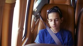 Pojęcie wakacje, podróż nastoletnia chłopiec jedzie w furgonetce z hełmofonami obrazy royalty free