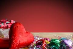 Pojęcie walentynki, Kierowe kształt czekolady na drewno stole z kopii przestrzenią/ Zdjęcie Stock
