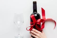 Pojęcie walentynki z winem przy białego tła odgórnym widokiem Zdjęcia Stock