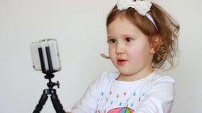 Pojęcie wideo, dziecka videoblog, vlog, vlogger, blog, blogging, środki masowego przekazu i wywiad -, Szczęśliwy uśmiechnięty dzi zdjęcie wideo