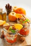 Pojęcie witaminy zdrowa sałatka z marchewką, jabłka, pomarańcze, mi obrazy royalty free