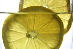Pojęcie wizerunek cytryna z szkłem woda obrazy royalty free