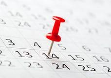 Pojęcie wizerunek kalendarz z czerwonymi pchnięcie szpilkami Zdjęcie Royalty Free