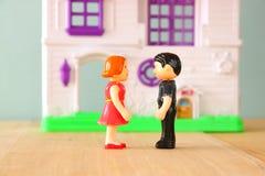 Pojęcie wizerunek potomstwo para przed nowym domem małe klingeryt zabawki lale selekcyjna ostrość, (samiec i kobieta) fotografia royalty free