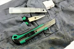 Pojęcie wizerunek pracujący spodnia z narzędziami w jego kieszeń fotografia stock