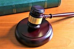 Pojęcie wizerunek sędziego młot z książką Zdjęcie Royalty Free