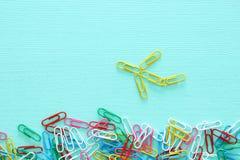 Pojęcie wizerunek twórczości lub myśli outside pudełko paperclips tworzy samolot, pracę zespołową i różnego mindset, Obrazy Stock