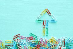 Pojęcie wizerunek twórczości lub myśli outside pudełko paperclips tworzy strzała, pracę zespołową i różnego mindset, Obraz Royalty Free