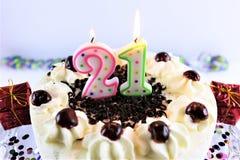Pojęcie wizerunek urodzinowy tort z świeczką - 21 Obrazy Stock