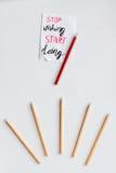 Pojęcie wyboru opcje z ołówkami na białego tła odgórnym widoku Fotografia Stock