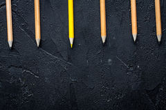 Pojęcie wyboru opcje z ołówkami na ciemnego tła odgórnym widoku Obraz Stock