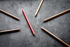 Pojęcie wyboru opcje z ołówkami na ciemnego tła odgórnym widoku Fotografia Royalty Free