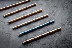 Pojęcie wyboru opcje z ołówkami na ciemnego tła odgórnym widoku Obrazy Stock