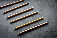 Pojęcie wyboru opcje z ołówkami na ciemnego tła odgórnym widoku Fotografia Stock