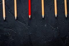 Pojęcie wyboru opcje z ołówkami na ciemnego tła odgórnym widoku Zdjęcie Royalty Free