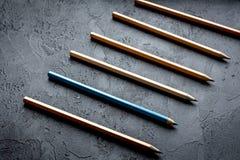 Pojęcie wyboru opcje z ołówkami na ciemnym tło wierzchołku vi Zdjęcia Stock
