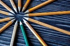 Pojęcie wyboru opcje z ołówkami na drewnianym tło wierzchołku Fotografia Royalty Free