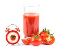 Pojęcie z pomidorowym sokiem, czerwień zegarem i pomidorem, Fotografia Royalty Free