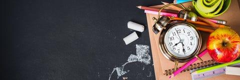 Pojęcie Z powrotem szkoła zegaru kredy ołówek Apple Obrazy Stock