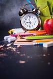 Pojęcie Z powrotem szkoła zegaru kredy ołówek Apple Zdjęcie Royalty Free