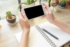 Pojęcie zakończenie kobiety ręki mienia telefon komórkowy Ogląda V Obraz Stock