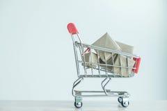 pojęcie zakupu zakupy, Czerwony wózek na zakupy pełno prezenta pudełko Zdjęcie Royalty Free