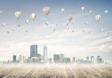 Pojęcie zanieczyszczenia powietrza pojęcie z aerostatami lata nad cit Fotografia Stock