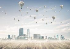 Pojęcie zanieczyszczenia powietrza pojęcie z aerostatami lata nad cit Obraz Stock