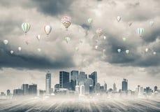 Pojęcie zanieczyszczenia powietrza pojęcie z aerostatami lata nad cit Obrazy Royalty Free