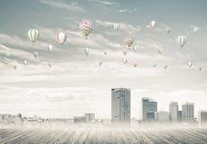 Pojęcie zanieczyszczenia powietrza pojęcie z aerostatami lata nad cit Zdjęcia Royalty Free