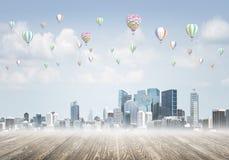 Pojęcie zanieczyszczenia powietrza pojęcie z aerostatami lata nad miasto Obraz Royalty Free