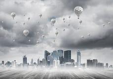 Pojęcie zanieczyszczenia powietrza pojęcie z aerostatami lata nad miasto Zdjęcia Stock