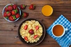 Pojęcie zdrowa dieta: cornflakes, truskawki, szkło Obraz Stock