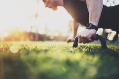 pojęcie zdrowego stylu życia Mięśniowy atlety ćwiczyć pcha up outside w pogodnym parku Dysponowany bez koszuli męski sprawność fi Zdjęcia Royalty Free