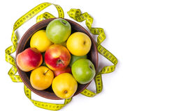 Pojęcie zdrowy łasowanie, świezi jabłka w talerzu i mierzyć, obraz stock