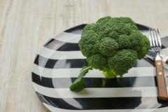 Pojęcie zdrowy żywienioniowy jedzenie zieleń, surowi brokuły jest na talerzu instrument Pionowo widok kosmos kopii Zdrowy obraz stock