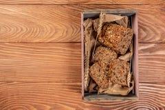 Pojęcie zdrowy żywienioniowy odżywianie Zdrowy cały zbożowy chleb z marchewką i ziarnami Odgórny widok, przestrzeń dla teksta obraz stock