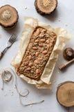 Pojęcie zdrowy czysty łasowanie Wholegrain glutenu bezpłatnego cukieru bezpłatny tort z migdałami, len i amarantowi ziarna w piec obrazy royalty free