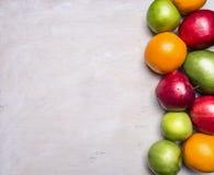 Pojęcie zdrowy jedzenie, witaminy, różnorodne owoc, różnorodni jabłka, mango, pomarańcze graniczy, z teksta terenu drewnianym nie zdjęcie stock