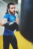 pojęcie zdrowy styl życia Młodego atleta wojownika ćwiczy kopnięcia z uderzać pięścią torbę Kopnięcie boksera boks jak ćwiczenie Zdjęcie Stock