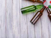Pojęcie alkoholizm, set butelki Butelki na tle szary drzewo Obrazy Stock