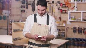 Poj?cie biznes i manufaktura Młody uśmiechnięty mężczyzna w produkcji sali zbiory