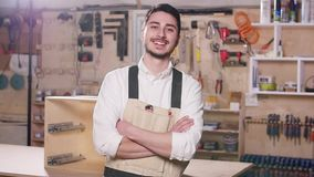 Poj?cie biznes i manufaktura Młody uśmiechnięty mężczyzna w produkcji sali zdjęcie wideo