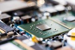 Poj?cie informatyka: Zamyka w g?r? chipu komputerowego na obw?d desce zdjęcie royalty free