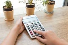 Pojęcie kobieta kalkulatora naciskowy guzik Zdjęcia Royalty Free