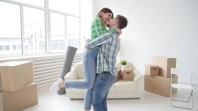 Poj?cie kupienia i wynajmowania nieruchomo?? Szcz?sliwy pary obejmowanie w nowym domu zdjęcie wideo